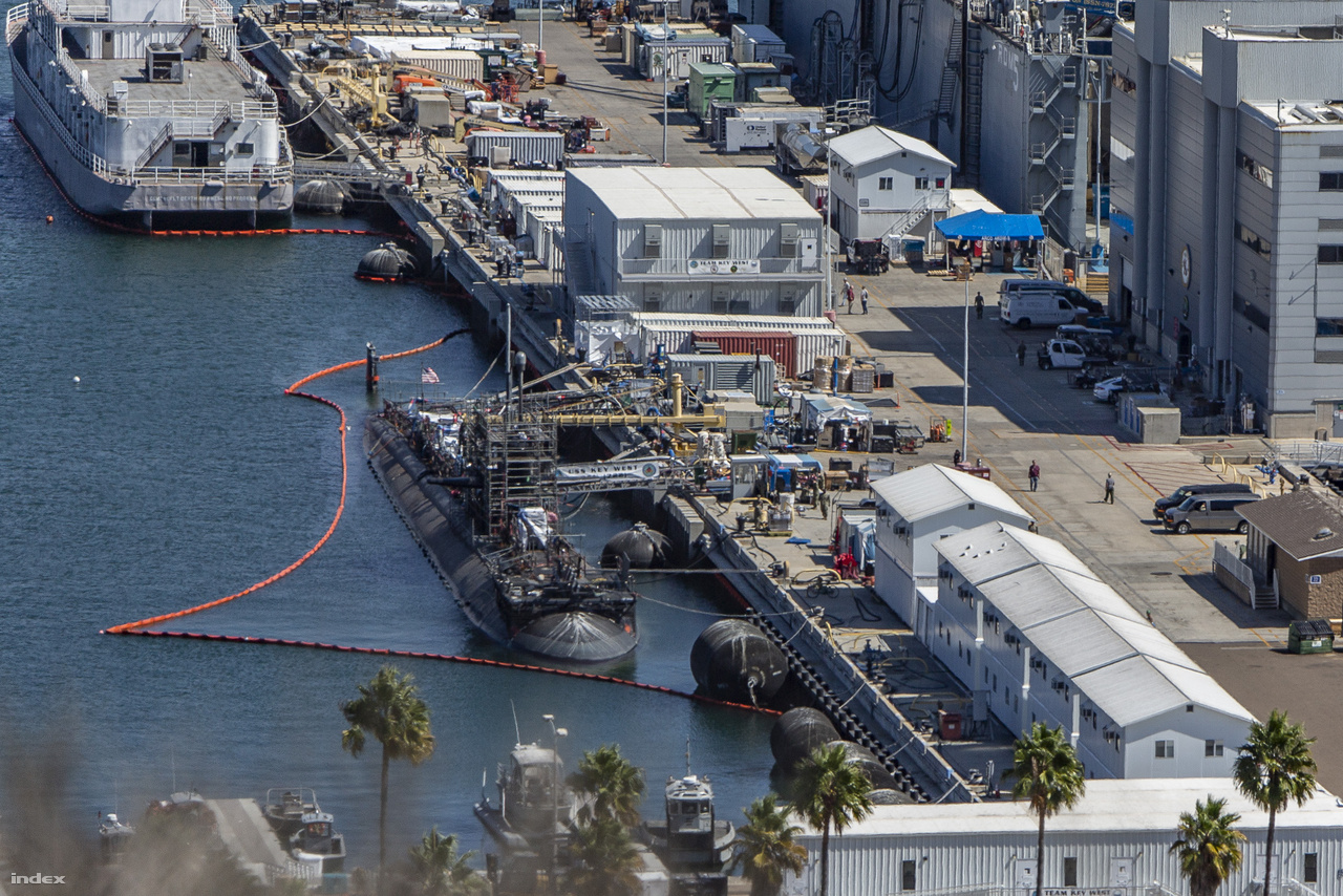 A Point Loma haditengerészeti bázisra elég jó rálátás nyílik például a magasabban fekvő Fort Rosecrans katonai temetőből. A Loma-bázis Los Angeles-osztályú nukleáris meghajtású támadó tengeralattjáróknak ad otthont, a képen az 1987 óta szolgálatban lévő USS Key West (SSN-722) látható felújítás alatt. Messziről is jól kivehető, hogy a tengeralattjáró parancsnoki tornya fel van állványozva.