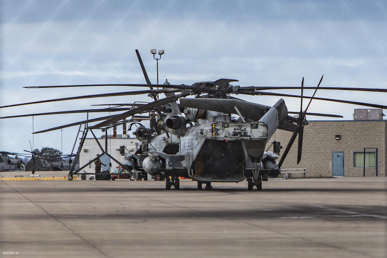Sikorsky CH-53E Super Stallion nehéz szállító helikopterek a tengerészgyalogság bázisán. Mint már említettem, ezek az amerikai haderő és a NATO legnehezebb és legnagyobb teljesítményű helikopterei. Viszonylag ritkán látni ezeket ilyen pillanatban: karbantartáshoz kinyitott farkrésszel.