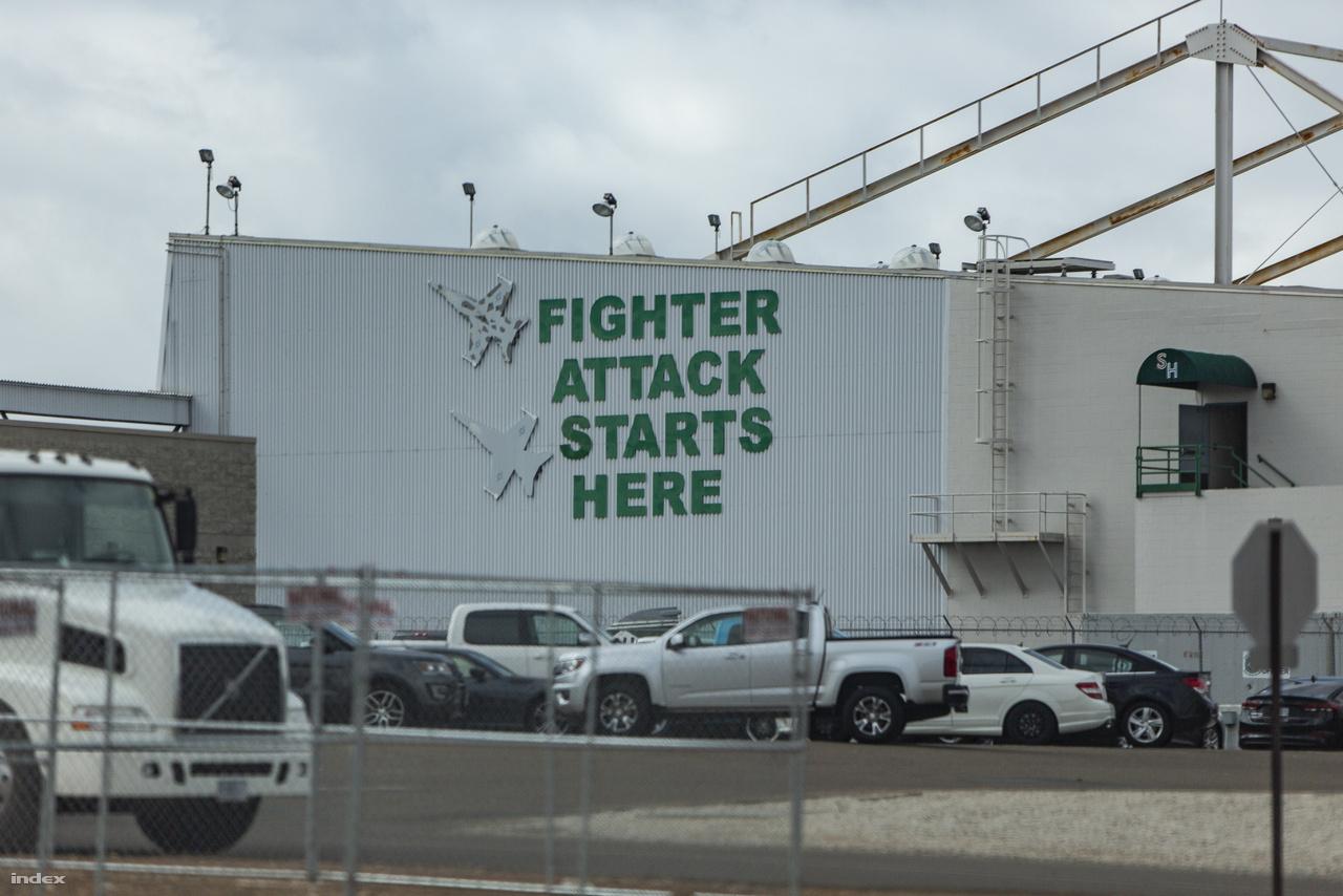Hangárépület tengerészgyalogosokat motiváló felirattal.