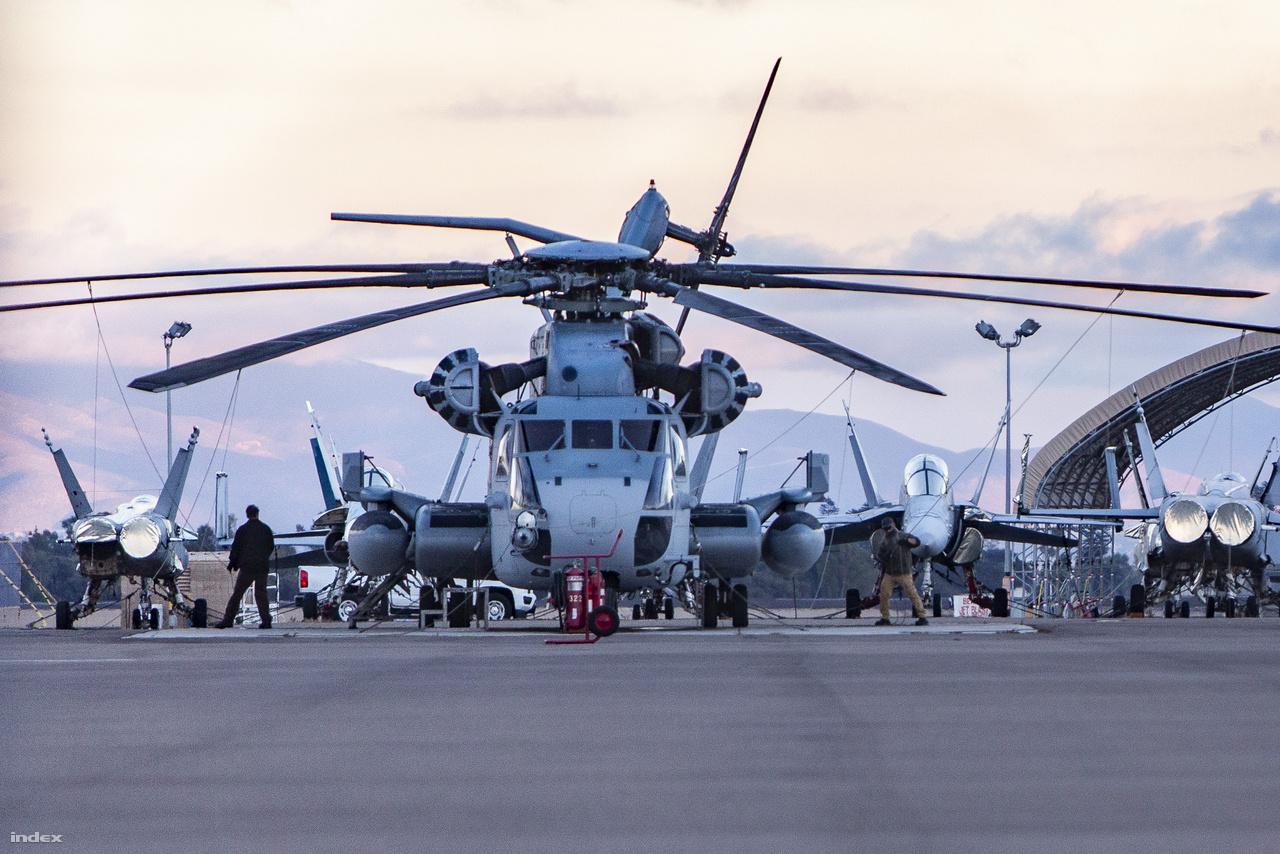 Sikorsky CH-53E Super Stallion nehéz szállítóhelikopter és McDonnell Douglas F/A-18 Hornet vadászgépek a haditengerészet repülőterén. A Super Stallion a legnagyobb nyugati helikopter, csak az oroszoknak vannak nagyobb helikopterei.