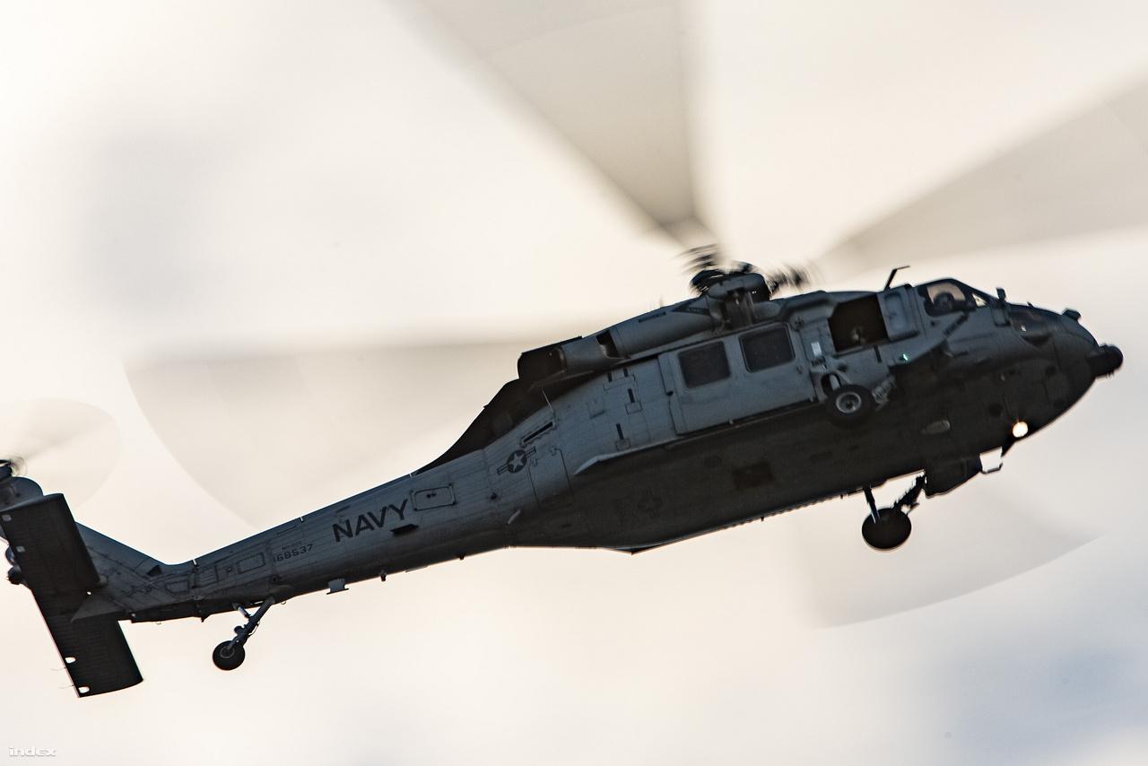 A San Diego-i légtér meglehetősen forgalmas, leggyakrabban talán Sikorsky UH-60 Black Hawk helikoptereket – illetve ezek különféle változatait – látni. A képen a haditengerészet 168537 lajstromjelű, MH-60S Knighthawk (Seahawk), többcélú helikoptere húz el a fejünk fölött az alkonyatban.
