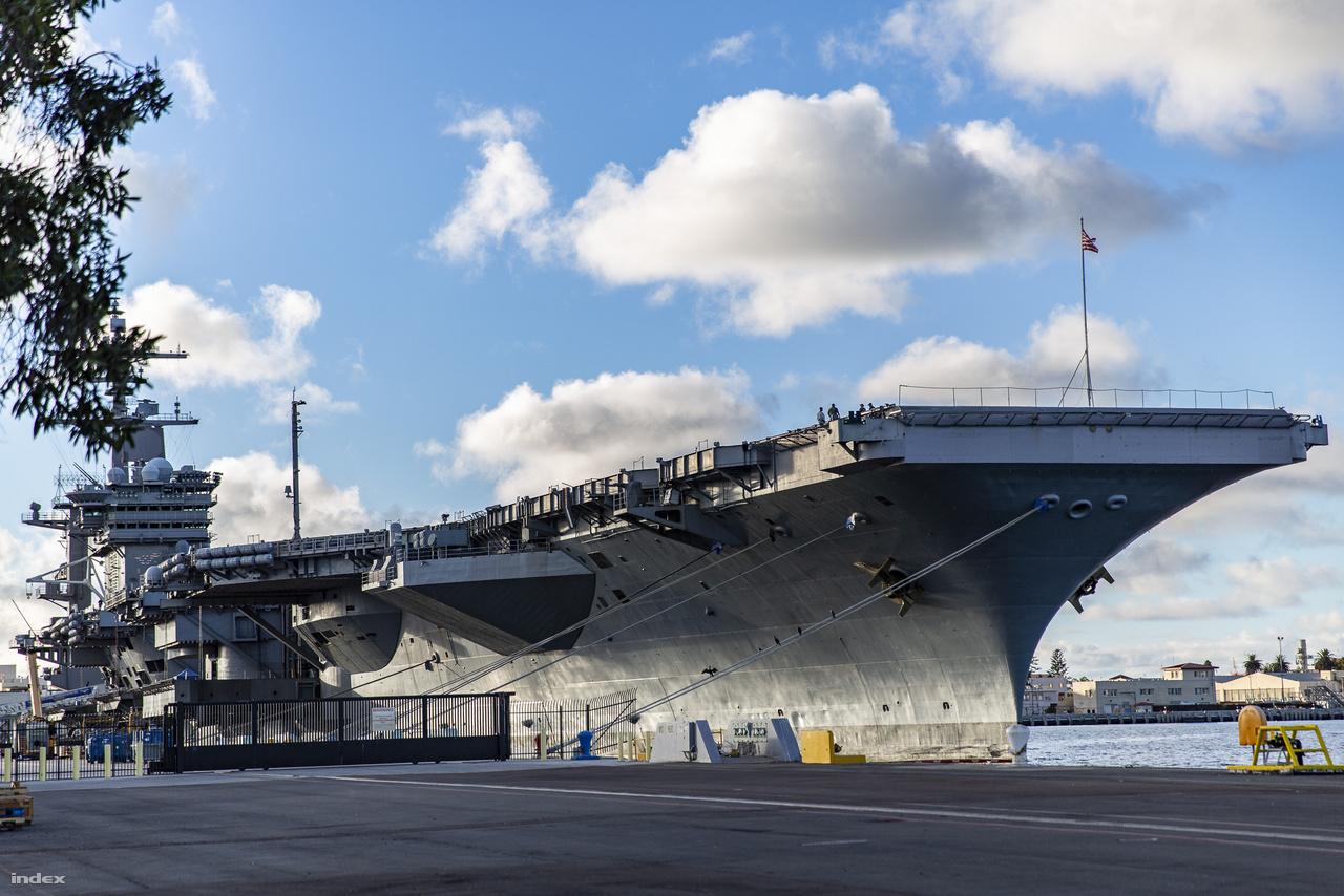 A 333 méter hosszú USS Carl Vinson (CVN–70)  látogatóban a haditengerészet San Diego-i bázisán.