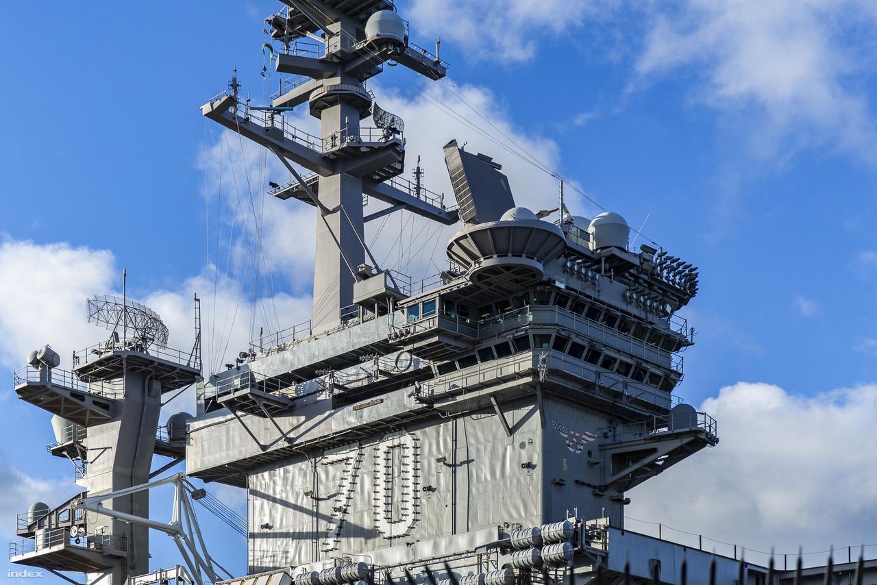 """A Carl Vinson tornya, az oldalán az atommeghajtású hadihajó azonosító száma. A hajót Georgia állam 1965-ben elhunyt kongresszusi képviselőjéről keresztelték el, hívójele """"Arany Sas""""."""