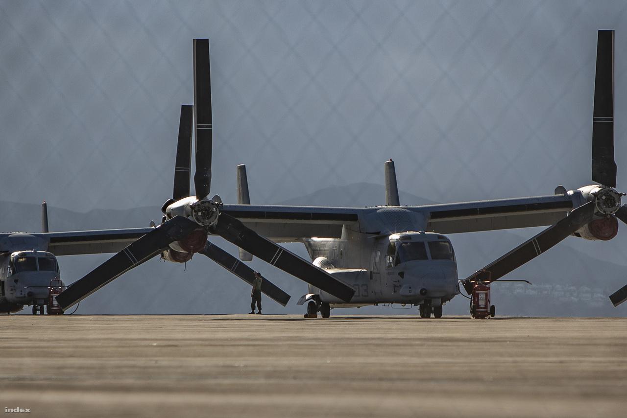 Karbantartás alatt lévő MV-22B Osprey billenőrotoros konvertiplán a tengerészgyalogság San Diego-i bázisán.