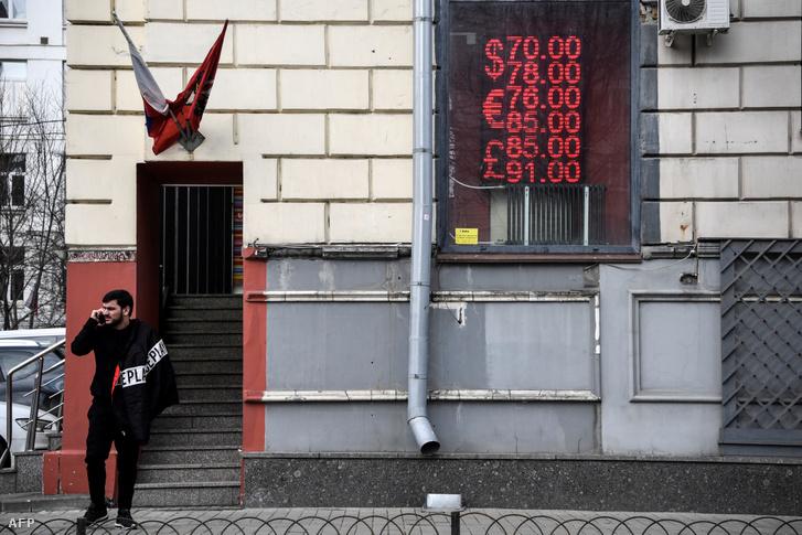 Moszkvai pénzváltó 2020. március 9-én. Az olajárak esésének következményeként a rubel is mélyrepülésben van.
