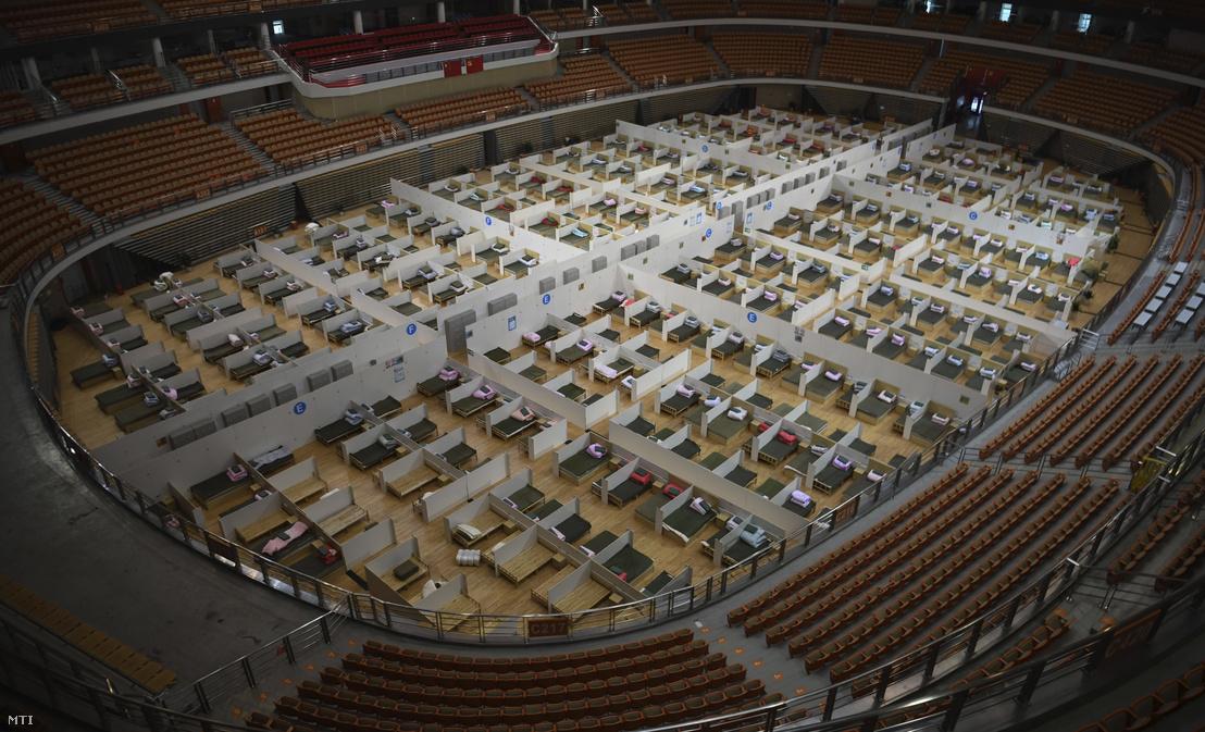 A Vuhani Sportközpontban berendezett 1100 ágyas ideiglenes kórház 2020. február 12-én.