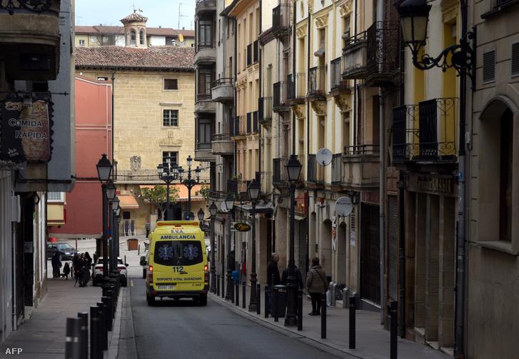 Mentőautó az észak-spanyolországi Haro városban 2020. március 8-án, ahol 30 embert helyeztek karanténba, miután két héttel korábban egy temetésen koronavírussal fertőződtek meg Baszkföldön.