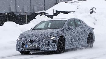Kémfotókon a Mercedes Tesla-utánzata