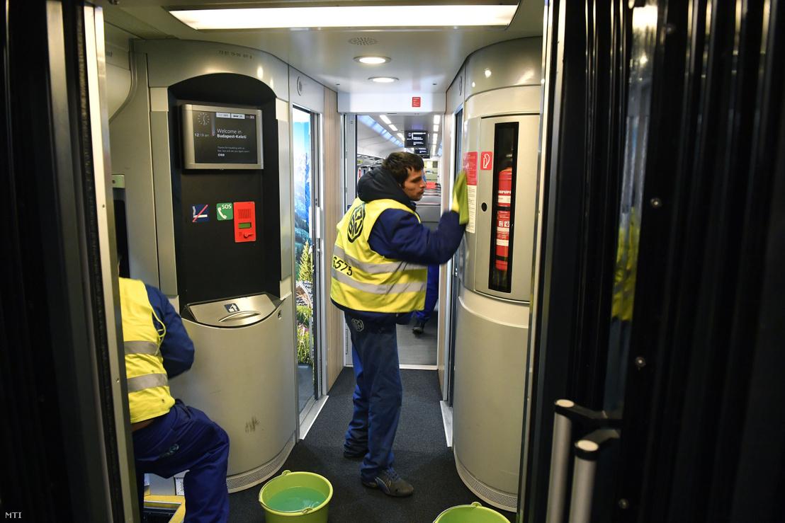 Railjet-szerelvény utasterét tisztítják fertőtlenítő szerrel a Keleti pályaudvaron 2020. március 4-én. A fertőtlenítésre világszerte figyelnek a tömegközlekedési cégek.