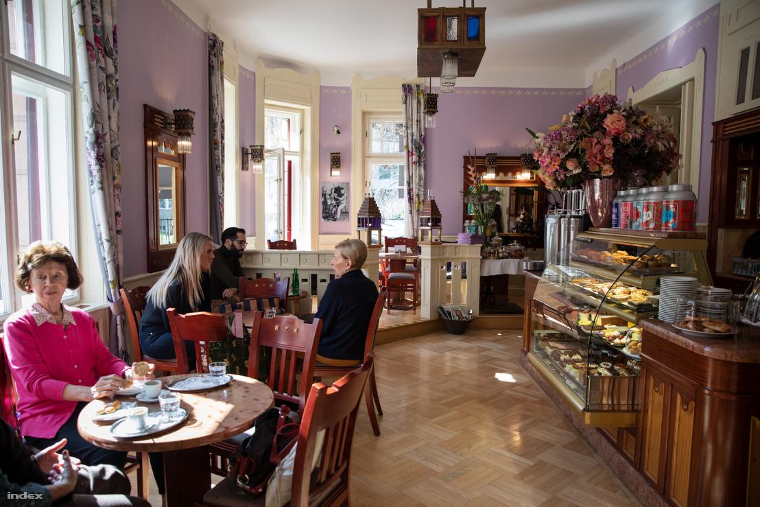 Az  Auguszt cukrászda a Fény utcában már megjelenésében sugallja, milyen cukrászati szemléletet követ már a negyedik generáció: a klasszikus, elegáns sütemények dominálnak