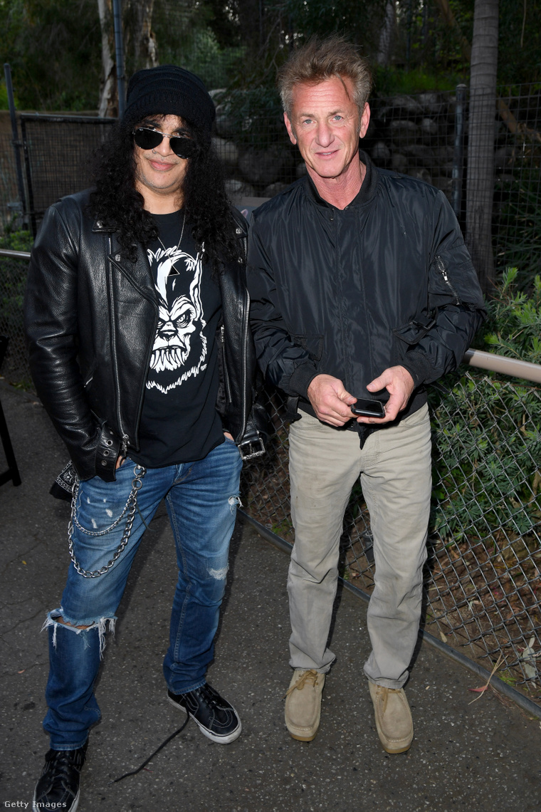 Néha még a rocksztároknak is lóg a cipőfűzője.