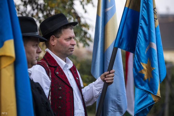 Székely zászlót tart a Székelyföld autonómiájáért tartott őrtűzgyújtás egyik résztvevője a XXII. kerületi Tóth József utcában 2019. október 27-én. Ezen a napon több mint nyolcvan székelyföldi településen gyúltak ki az őrtüzek a székelyföldi autonómiaigény jeleként a Székely Nemzeti Tanács (SZNT)