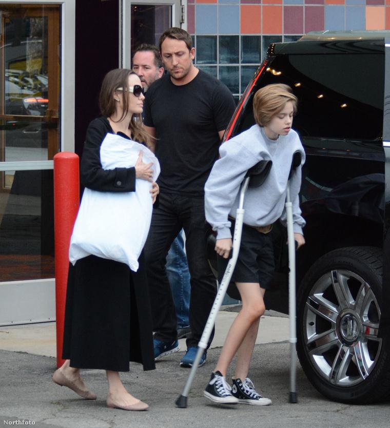 Angelina Jolie kíséri gyermekét, Shiloh-t.