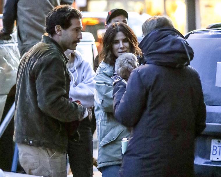 Nem tudjuk, milyen szerepet tölthet be a négylábú a filmben, mindenesetre a színésznő egy percre sem akarta elengedni kezei közül