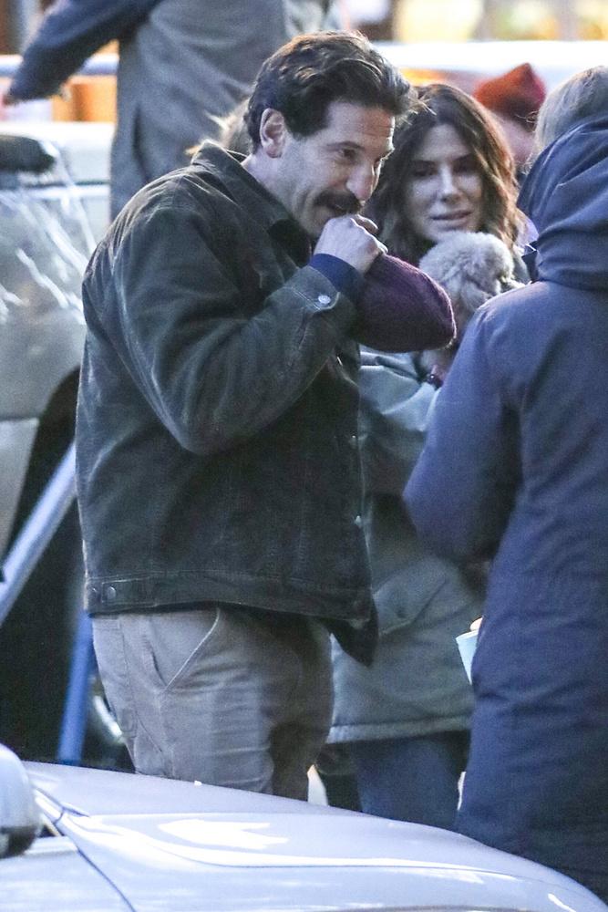 Most nem vitte magával a lányát, Jon Bernthallal, a The Walking Dead egyik évadának főszereplőjével, és ami még ennél is szembeötlőbb, egy aranyos kiskutyával együtt forgat