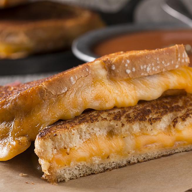 Így készül a tökéletes sajtos melegszendvics – Kívül ropogós, belül nyúlós sajt teszi fejedelmivé