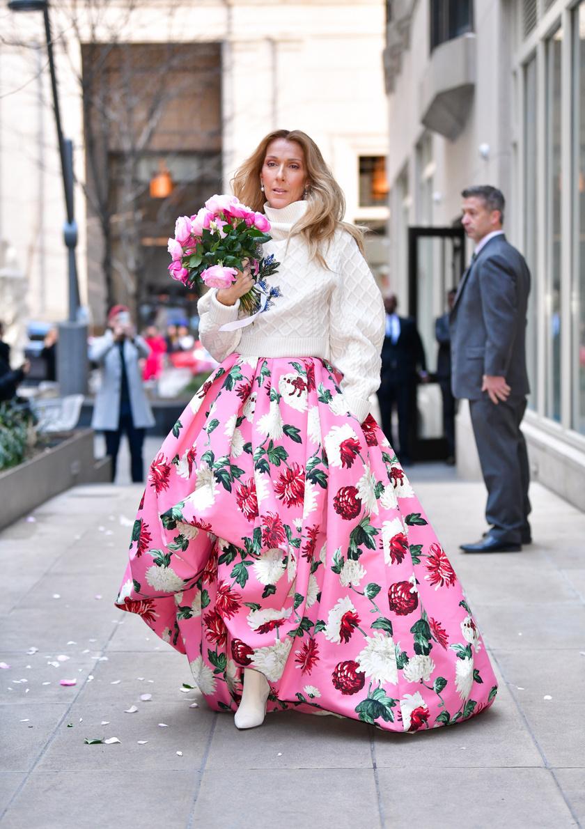Ki más párosítana egy hatalmas, virágmintás szoknyát gyapjú pulóverrel úgy, mint Céline Dion?