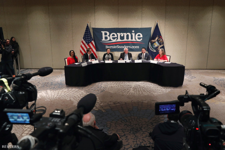 Bernie Sanders egészségügyi szakértőkkel tartott kerekasztal-beszélgetést Detroitban 2020. március 9-én.