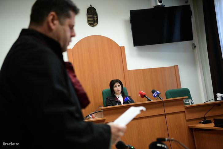 Bíró (középen) hallgatja az ügyész beszédét