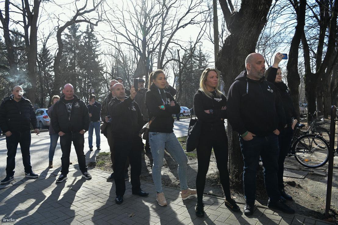 Tüntetők a bíróság épülete előtt