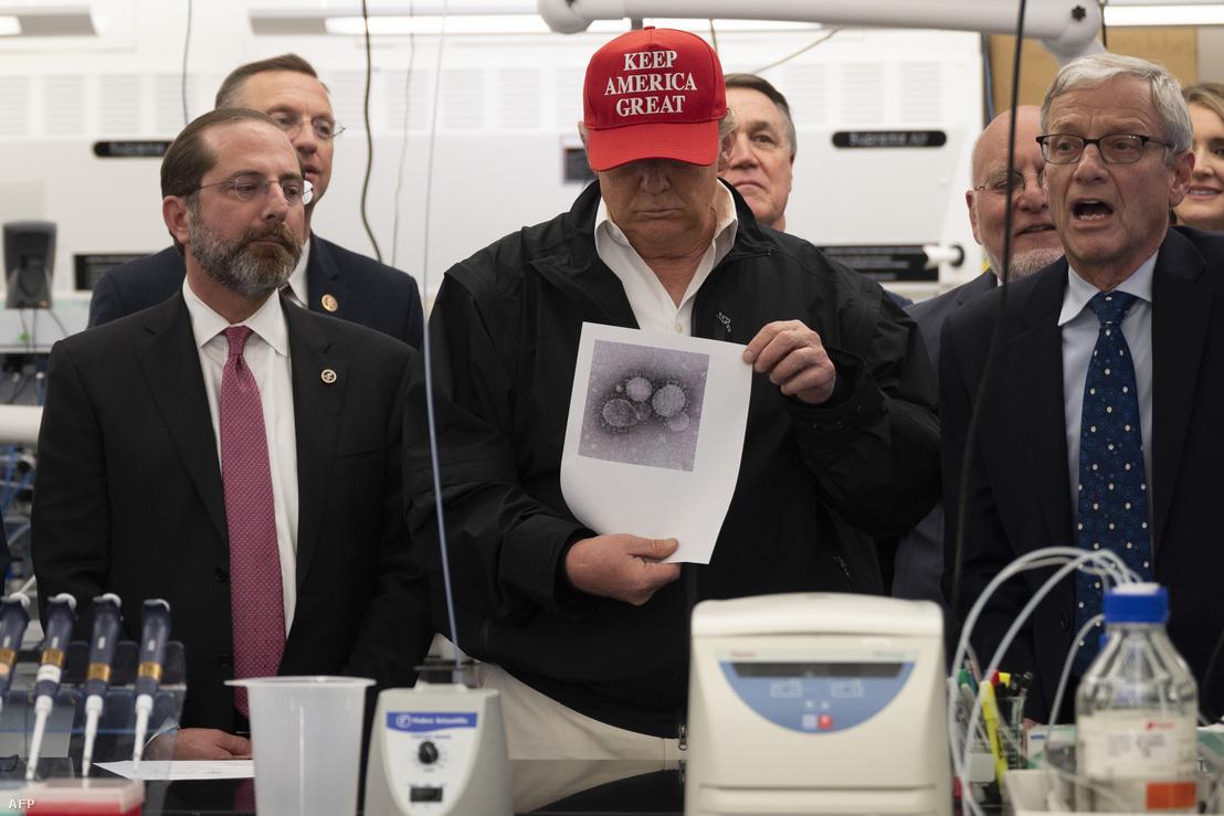 Donald Trump amerikai elnök az amerikai járványügyi hatóság (CDC) georgai központjában 2020. március 6-án.