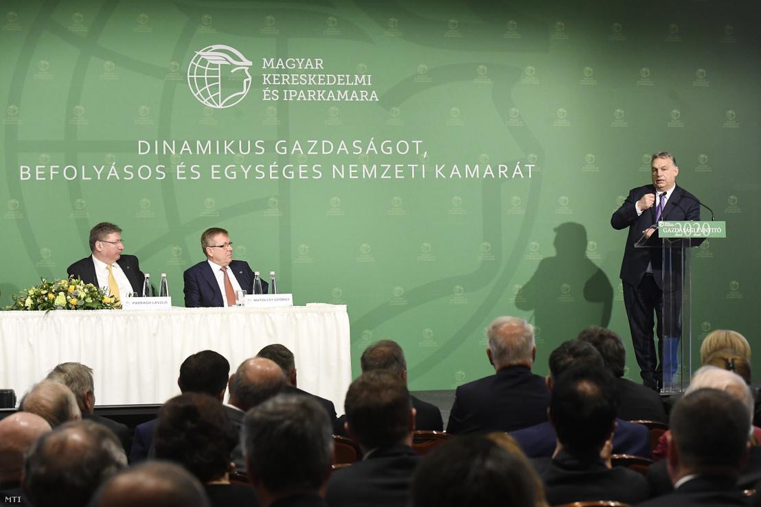 Orbán Viktor beszél az MKIK gazdasági évnyitóján, tőle balra Parragh László, a kamara elnöke és Matolcsy György, a Magyar Nemzeti Bank elnöke