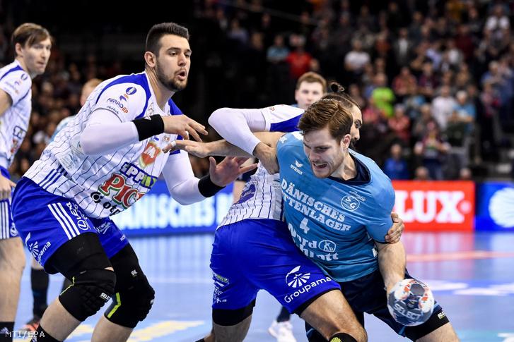 Bánhidi Bence a Mol-Pick Szeged (j) és csapattársa Jorge Maqueda (k) próbálja feltartóztatni Johannes Gollát a Flensburg-Handewitt játékosát a férfi kézilabda Bajnokok Ligája 13. fordulójában