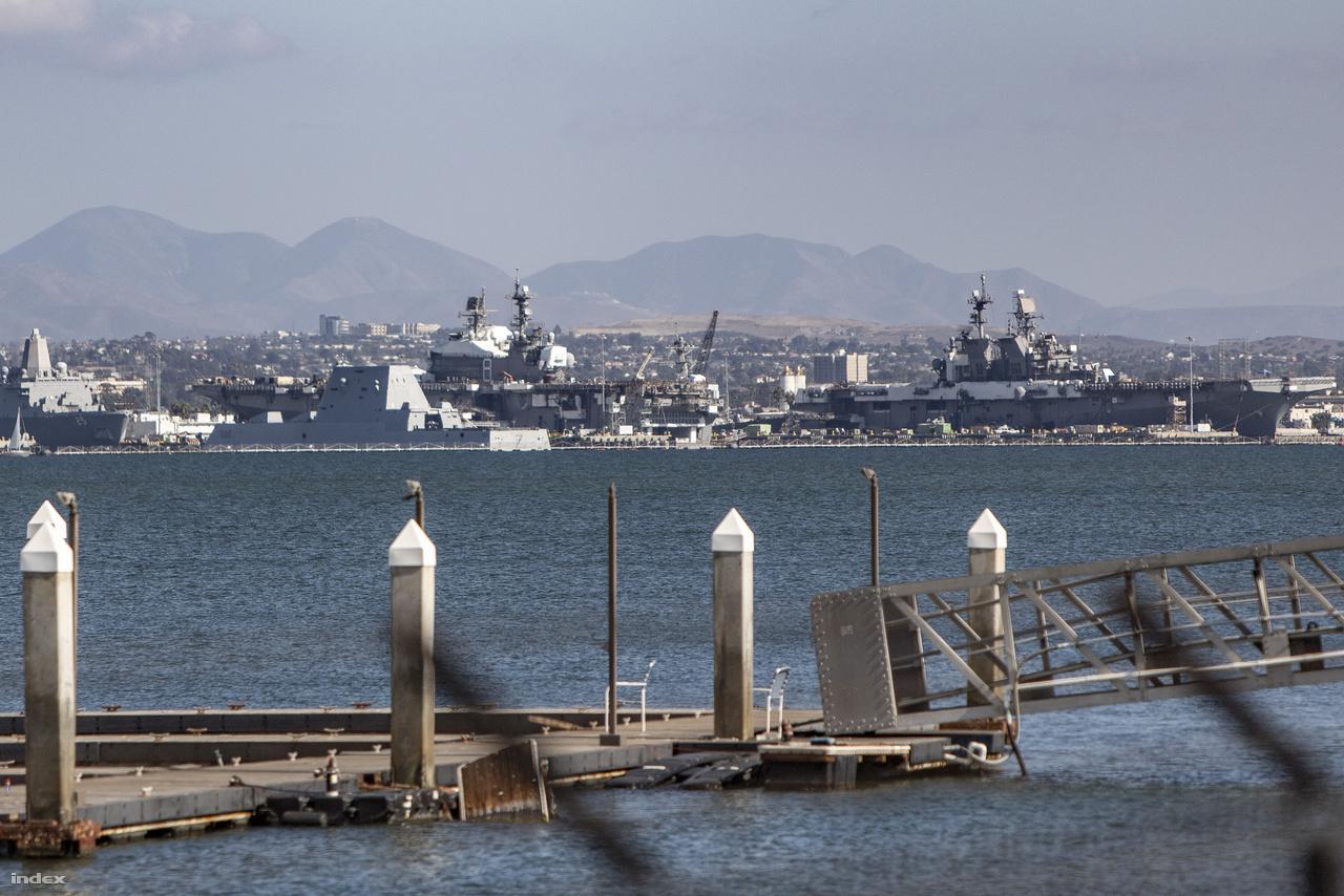 A Naval Amphibious Base Coronado partmenti részéről áttekintve a túloldalra az amerikai hadiflotta legújabb hadihajóját sikerült kiszúrni: balra, az a furcsa, sok oldalú, csonkolt gúla formájú toronnyal bíró hajó a USS Zumwalt (DDG-1000) rakétás romboló, a Zumwalt-osztály első, névadó egysége. A lopakodó tulajdonságokkal bíró hajó 2016 óta teljesít szolgálatot. Tőle jobbra két, harci repülők és helikopterek, valamint partraszálló kétéltűek hordozására is alkalmas monstrum: középen a USS Makin Island (LHD-8), Wasp-osztályú támadó hadihajó, jobb szélen pedig a USS America (LHA-6), America-osztályú támadó hadihajó, amiből egyelőre ez az egy van szolgálatban.