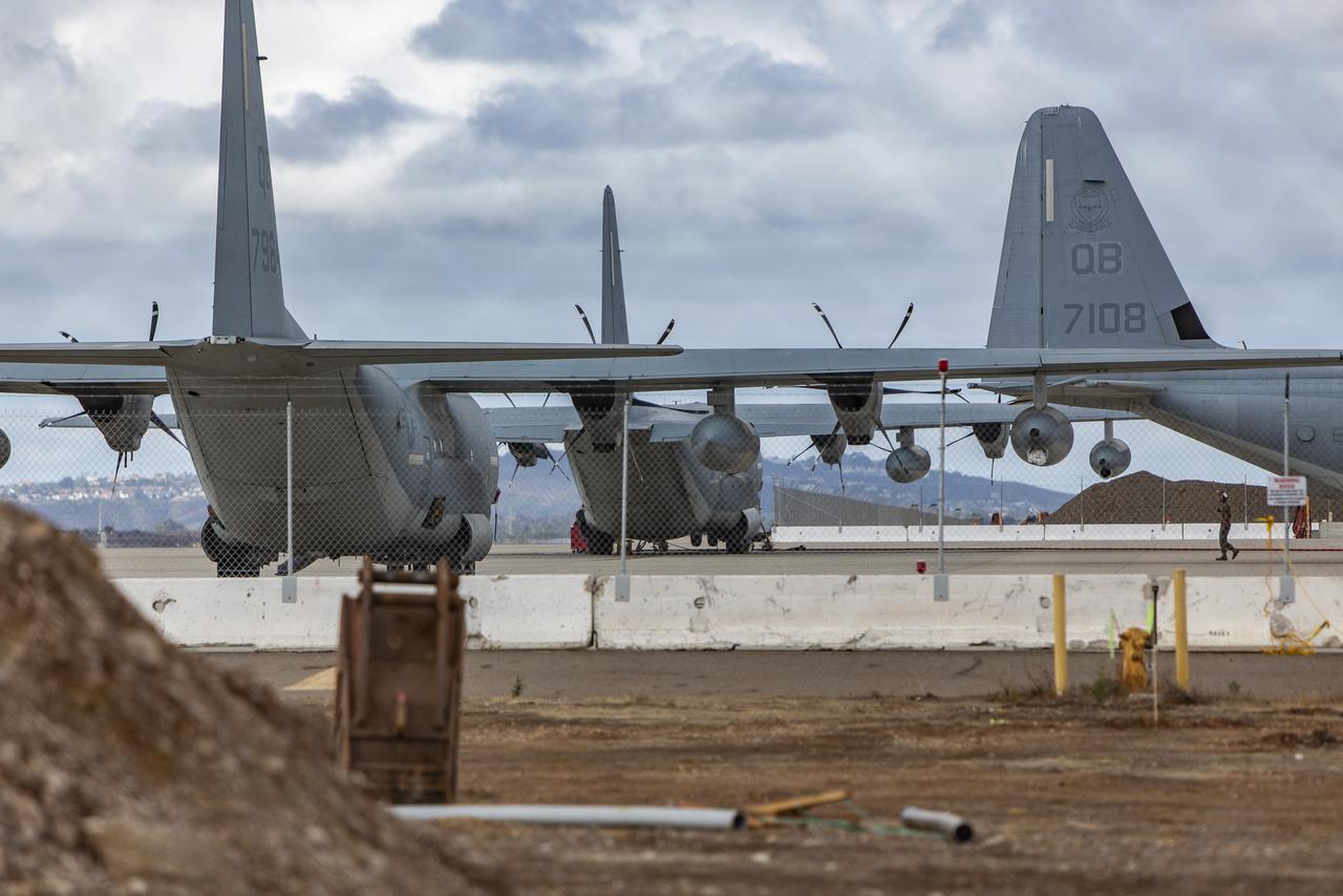 A tengerészgyalogság bázisának egyik sarkában légi utántöltéshez használatos Lockheed Martin KC130 Hercules repülőgépek pihentek a betonon.