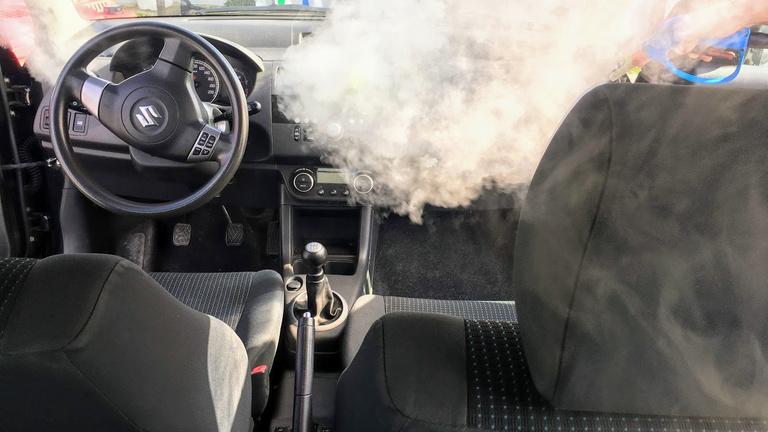 Megnéztük a fél internetet kiborító, koronavírus elleni autófertőtlenítést