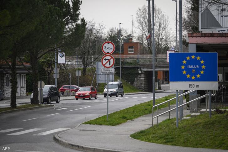 Autók kelnek át az egykori határon Nova Goricában Olaszország és Szlovénia között