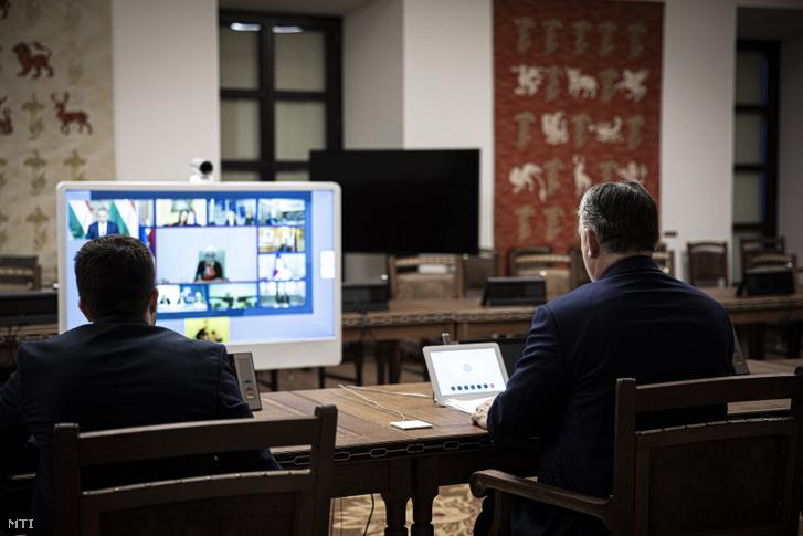 Orbán Viktor miniszterelnök (j) az EU állam- és kormányfőinek 2020. március 10-i délutáni videokonferenciáján a Karmelita kolostorban.