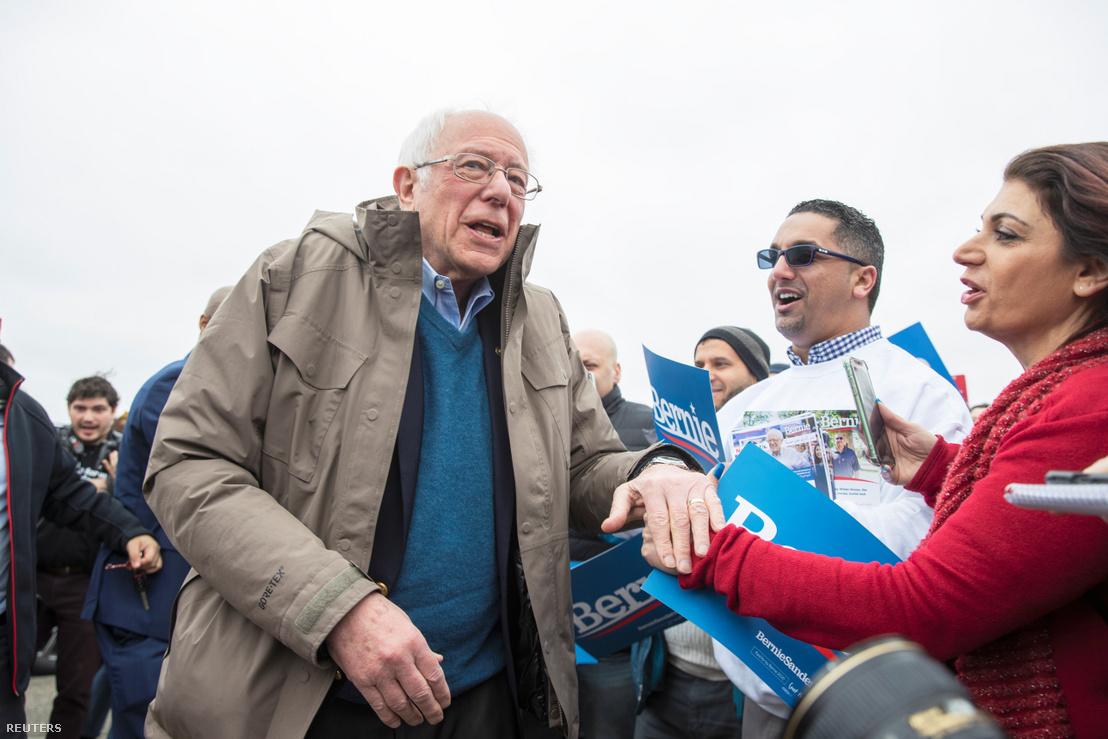 Bernie Sanders köszönti támogatóit kedden egy michigani szavazóhelyiség előtt