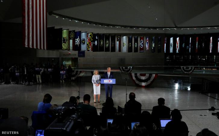 Joe Biden és felesége Jill a keddi éjszakai beszédén Philadelphiában