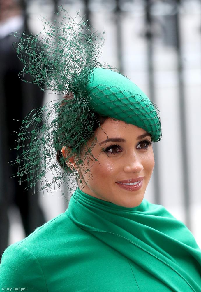 Meghan hercegné egy tipikus brit kalapot viselt a fején.