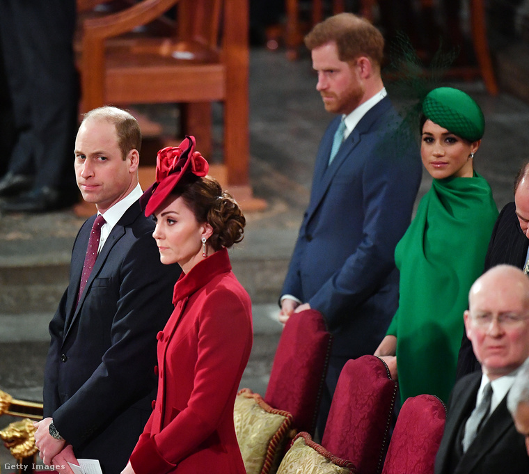 A templomban Vilmos hercegék mögött ültek.