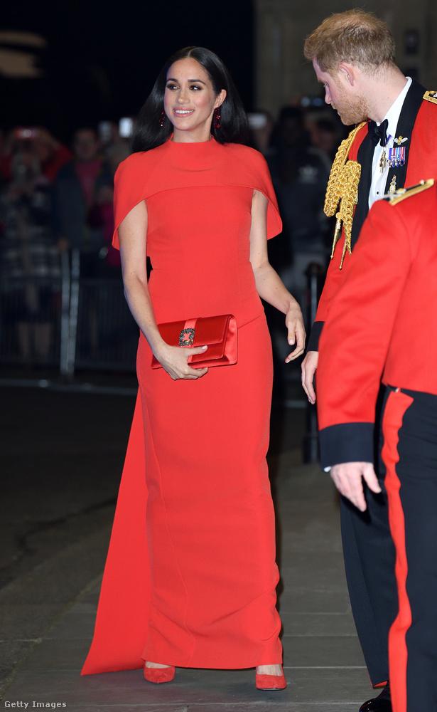 Vörösben és feketében: a hercegnének a ruhája vörös és a haja fekete, míg a hercegnek a haja és a zubbonya vörös, és a nadrágja fekete