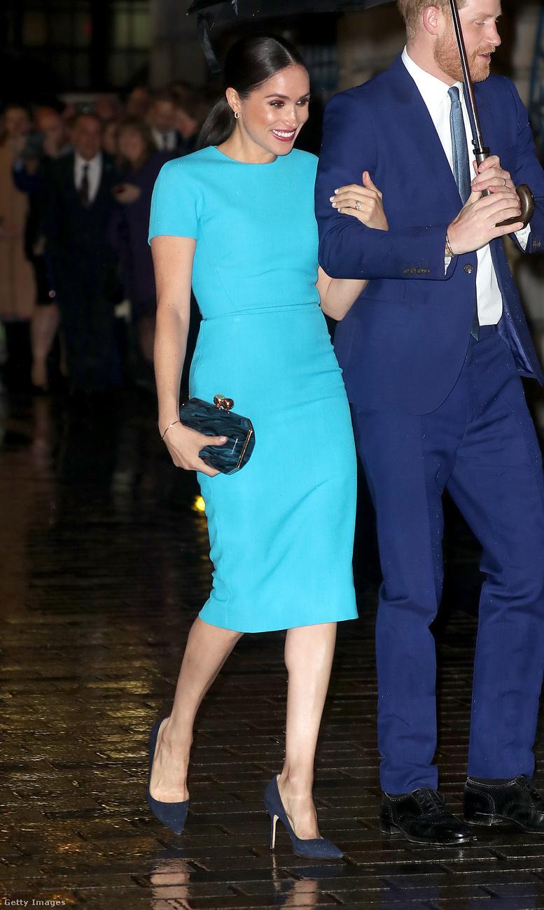 Március 5-én, azaz a múlt hét csütörtökön szupersztárokhoz illően érkeztek meg a hercegék Londonba, mindketten kéket viseltek