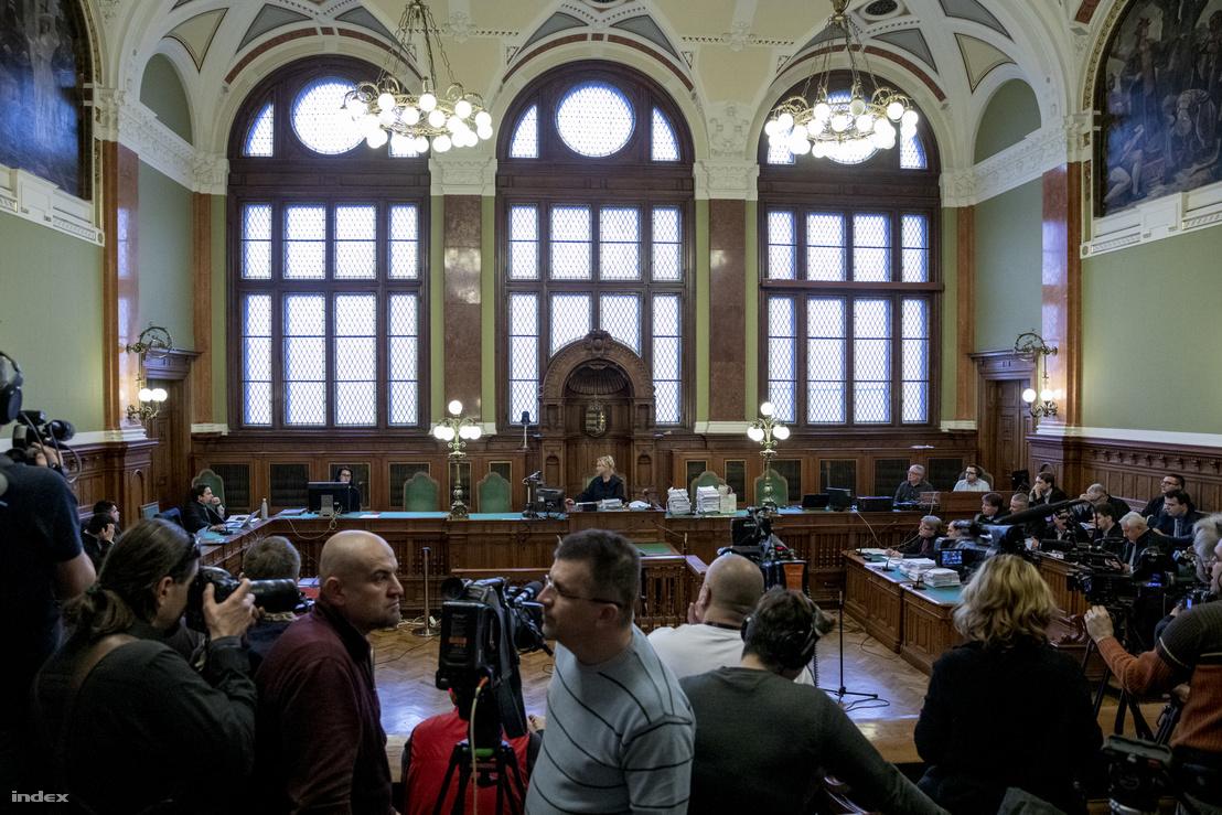 A tárgyalás elején a sajtót kiküldték a teremből a koronavírusra hivatkozva