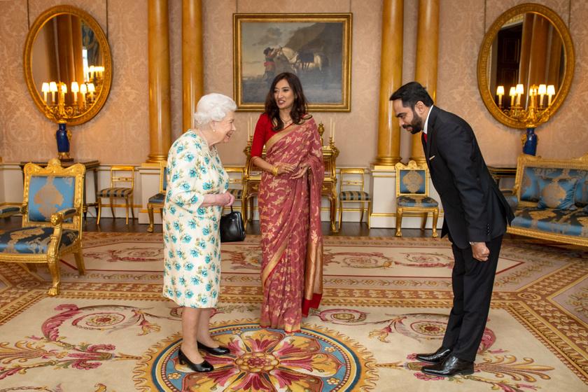 Erzsébet királynő nem fogott kezet tegnap Nagy-Britannia Srí Lanka-i nagykövetével és férjével.