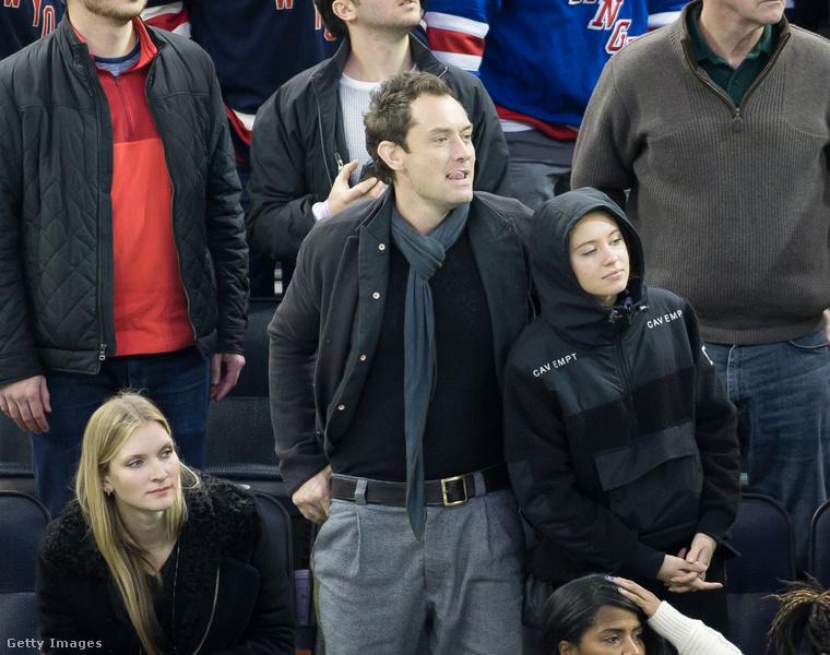 Az előző képen Iris Law és édesanyja, Sadie Frost szerepelt, ezen a 2016-ös képen pedig édesapjával, Jude Law-val látható Iris Law