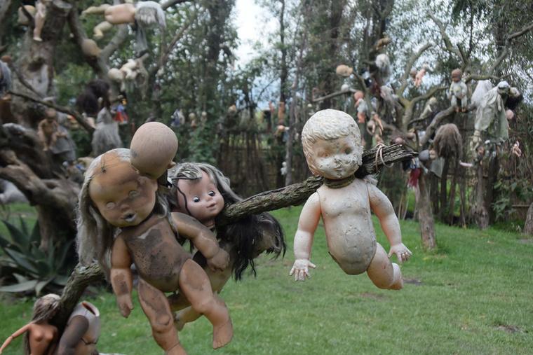 Azok, akik elég bátrak voltak, és sötétedésig a szigeten maradtak, azt mesélték, hogy éjjel suttogást és lépteket lehet hallani, és a felaggatott babák tekintete szinte perzselő.
