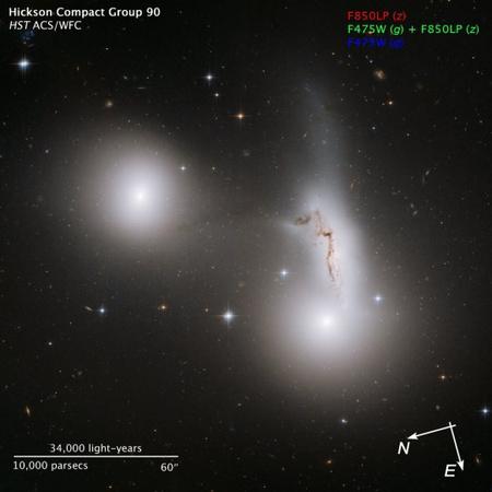 A HST ACS és WFC műszereivel készült kép mérete kb. a telihold tizedrésze, kelet kissé jobbra és lefelé van, észak pedig kb. balra. A felvétel a galaxisok távolságában hozzávetőleg egymillió fényévet ölel át. Az itt elérhető nagyfelbontású változaton pedig az Univerzum szédítő mélységeibe pillanthatunk be, illetve háttérgalaxisok kavalkádját tanulmányozhatjuk.