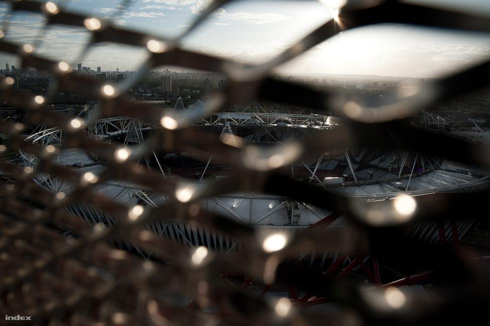 Az olimpiai stadion a ArcelorMittal torony tetejéről. A tornyot sokan olyan rondának tartják, hogy kész öröm, hogy az Olympic Park legjobb kilátópontjáról nem látszik. Merthogy az a 115 méter magas torony teteje.