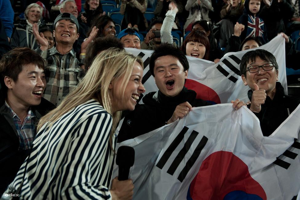 Az olimpiai iránti lelkesedés legjobb fokmérője, hogy még a gyeplabdamérkőzéseken is tele vannak a lelátók, pedig 65 font egy napijegy, amivel olyan meccseket lehet végigizgulni, mint például a Németország-Dél-Korea. Csak, hogy mindenki jobban értse: egy egész stadionnyi angol üvölt önfeledten, miközben odalenn a pályán tizenegy görnyedt hátú német és pontosan ugyanennyi koreaiak birizgál bottal egy labdát.                         A szünetben a BBC riportere megtalálta azt a pár koreait, aki az egész üvöltözésbe hajló, hullámzással egybekötött szurkolói őrületért felelős: ők tüzeltek fel egy egész stadionnyi unatkozó angolt.