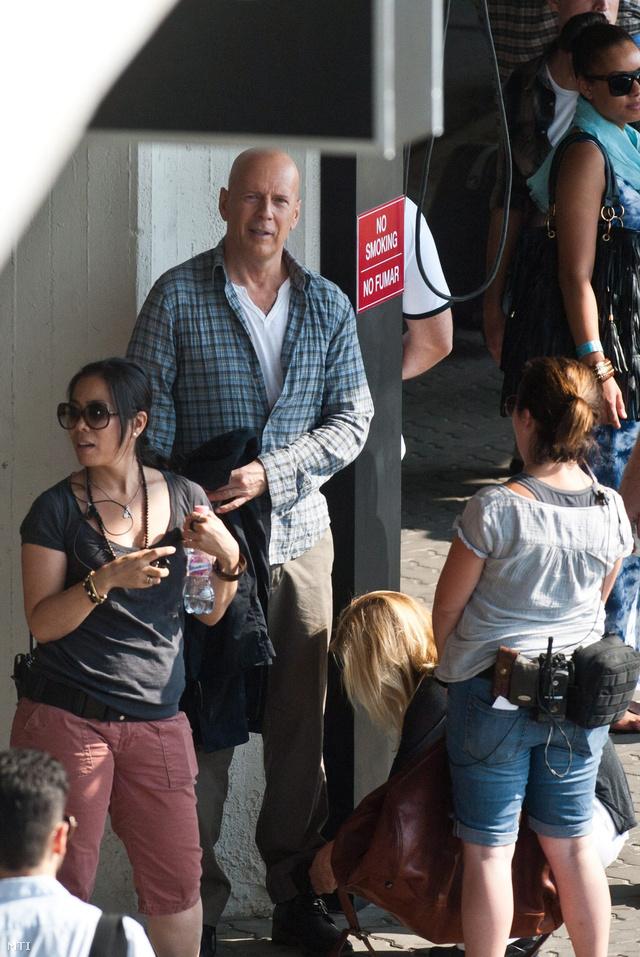 Budapest 2012. augusztus 6.A John McClane szerepét alakító Bruce Willis amerikai színész ruháját igazítja egy öltöztető a Good Day to Die Hard című film forgatásán a Liszt Ferenc-repülőtér érkezési oldalán 2012. augusztus 6-án.