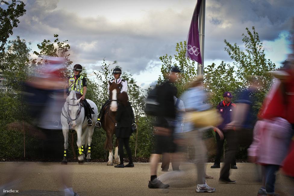 Az Olympic Parkot teletömték rendőrökkel, de a gépfegyveres, marcona alfajt igen ritkán látni. Inkább csak bobbyk, fegyvertelen közrendőrök járőröznek a stadionok között. A bobbyk kiképzésének pedig minden bizonnyal a lövészeten, az eljárás jogon és erőnléti edzésen kívül része a gyerekekkel fényképeszkedés, a részegeknek viccesen visszaszólás, és a vesztes csapat szurkolóinak megértően hátba veregetése is.