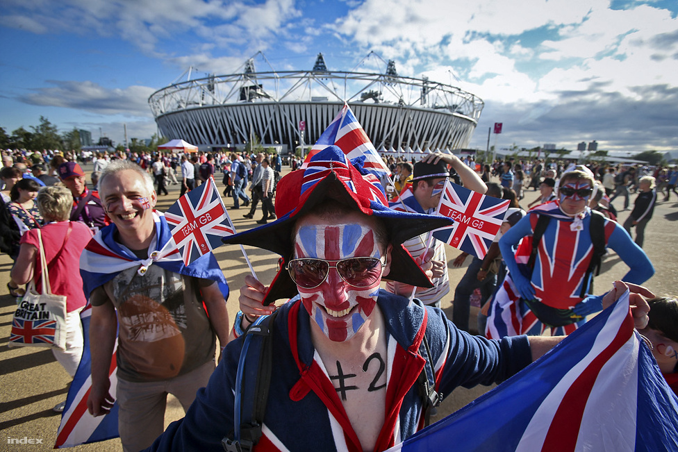 Arcfestés és öröm az Olympic Parkban, háttérben a stadion és az ég, ami a kép elkészítése után újból elsötétült, és még esett is. Aztán megint napsütés, öröm, és ugyanez elölről újból is újból.