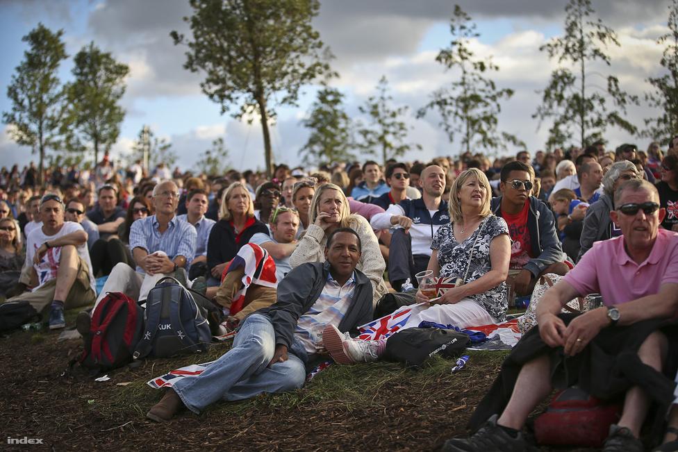 A sportközvetítések szüneteiben operát adnak elő egy kis színpadon a Live parkban, az arcfestésben fetrengő szurkolók is olyan megilletődve hallgatják a Varázsfuvolát, mintha éppen Michael Jackson térne vissza a színpadra Elvis Presley oldalán.
