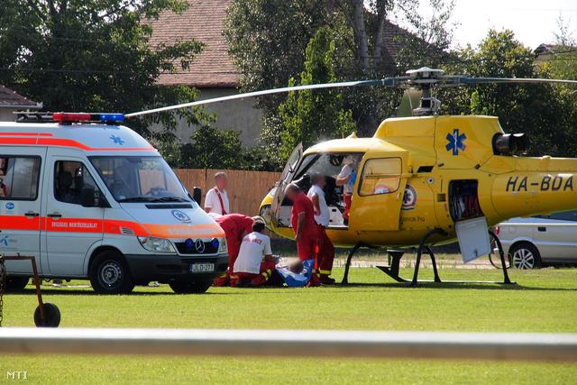Mentőhelikopter szállítja el a balesetet szenvedett munkást Tiszaalpáron, ahol meghalt egy férfi, társa pedig eszméletlen állapotba került, amikor egy melléképület pincéjében kutat akartak fúrni 2012. augusztus 6-án.